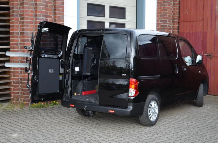 Nissan NV200, Flügeltüren Bike carrier with open tailgate and mounted carrier