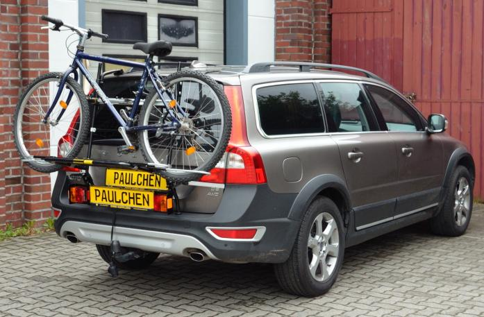Volvo V70 III Combi / XC 70 Bike carrier with light bar and loaded with bike