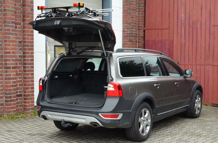 Volvo V70 III Combi / XC 70 Bike carrier with open tailgate and mounted carrier