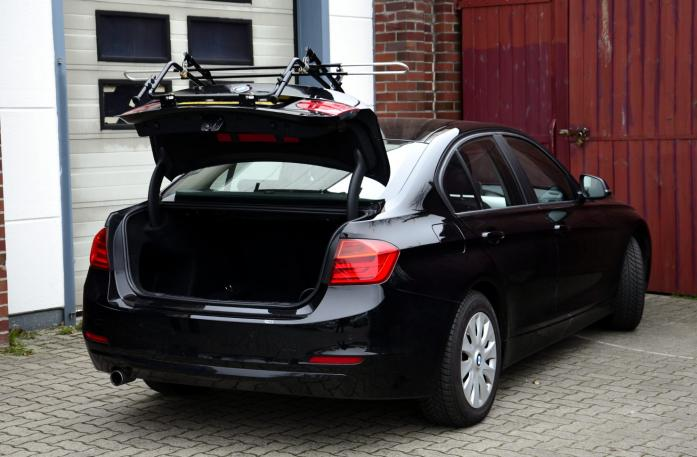 BMW 3er Stufenheck Bike carrier with open tailgate and mounted carrier