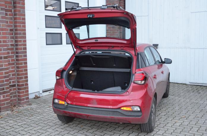Hyundai i20 Facelift (GB) Bike carrier with open tailgate and mounted carrier