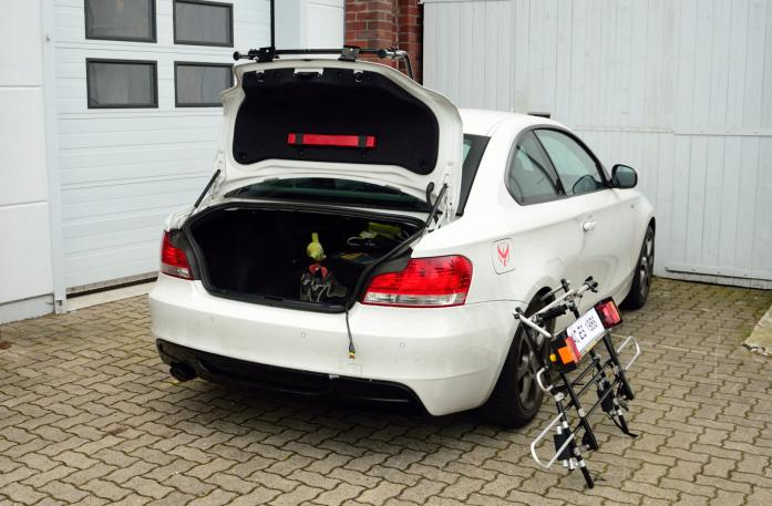 BMW 1er Coupé (E82) Bike carrier with open tailgate and mounted carrier
