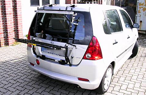 Daihatsu YRV ohne Spoiler Bike carrier in loading position